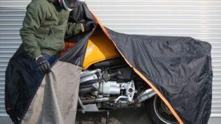 バイクカバーをするライダーの画像