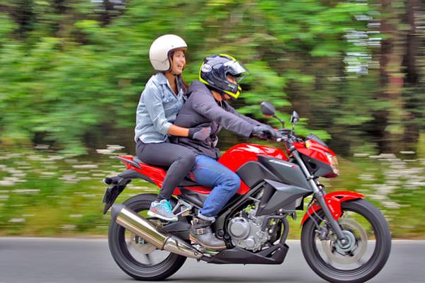 バイクをタンデムする画像