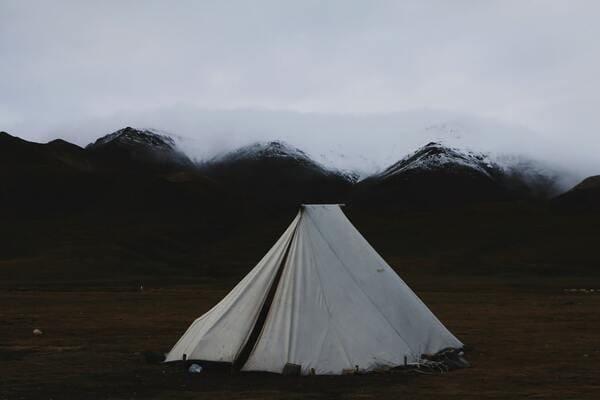 広い野原にテントが立っている画像