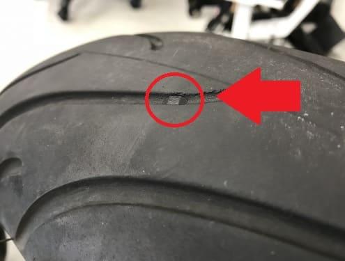 スリップサインを強調したタイヤ画像