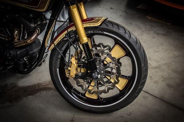 バイクのフロントタイヤをアップにした画像