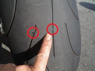 タイヤのスリップサインに印をつけた画像
