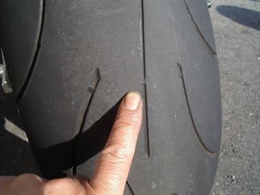 バイクの溝を指さす画像