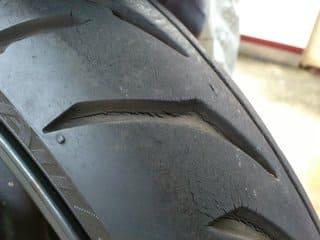 溝がひび割れたタイヤの画像