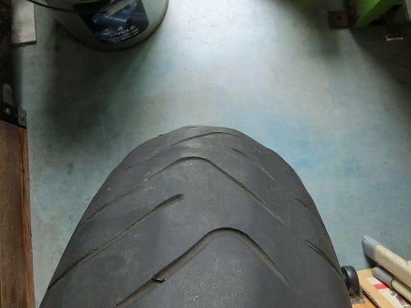 偏摩耗をしているタイヤの画像