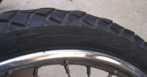段減りを起こしているタイヤの画像