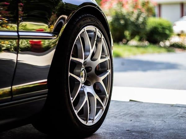 車のタイヤの画像
