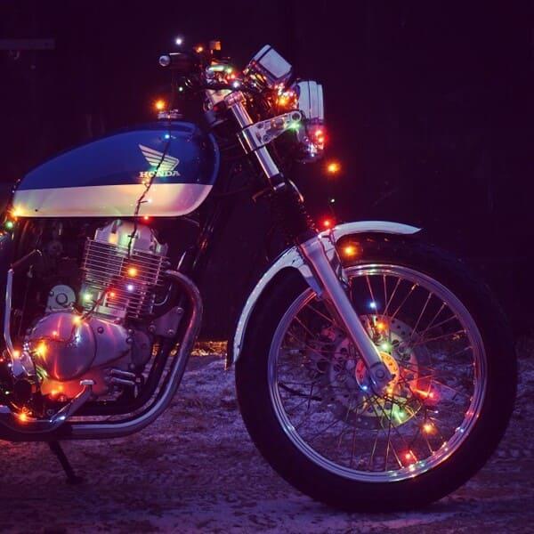 ピカピカ光っているバイクの画像