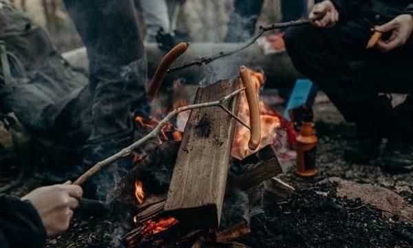 キャンプでご飯を楽しむ画像