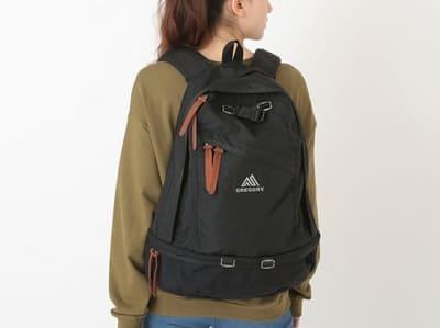 バックパックを背負う女性の画像