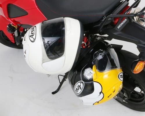ヘルメットをロックしている画像