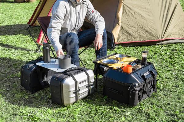 タナックスのシートバッグがテーブルになっている画像