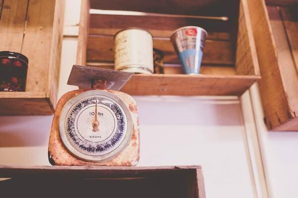重さを連想させる秤の画像