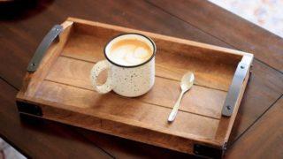 ラテアートのカフェオレが置いてあるテーブルの画像