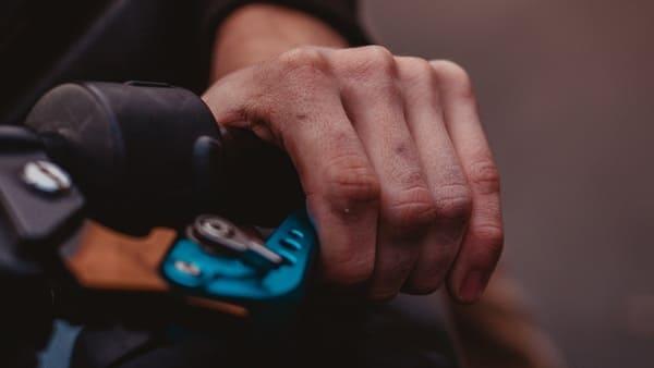 クラッチレバーを握っている画像