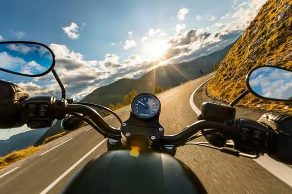 バイクに乗っている景色の画像