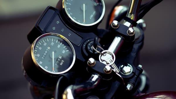 バイクに鍵が挿さっている画像