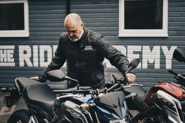 バイクを選んでいる男性の画像