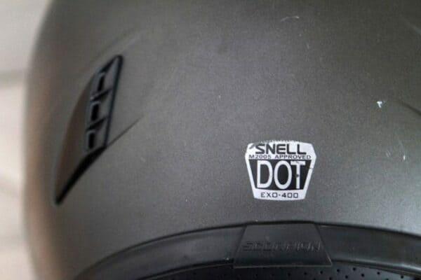 安全規格シールが貼ってあるヘルメット後部の画像