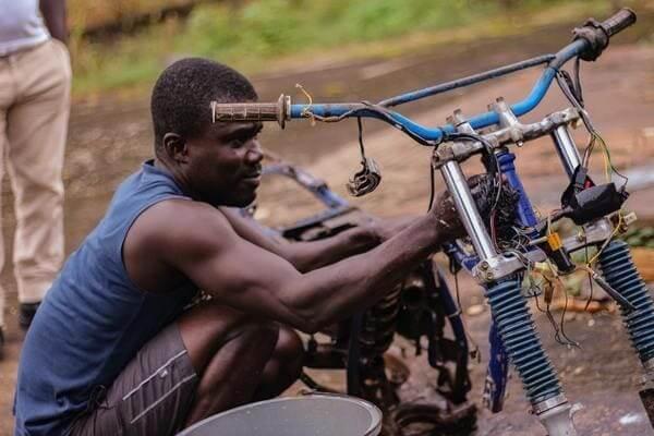 バイクを整備している人の画像