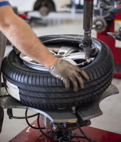 タイヤ交換をしている画像