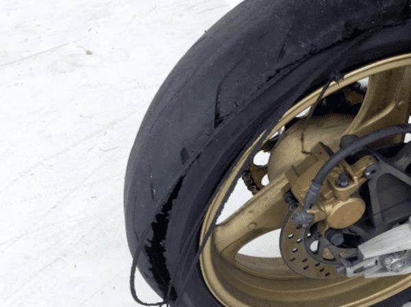 バーストしたタイヤの画像