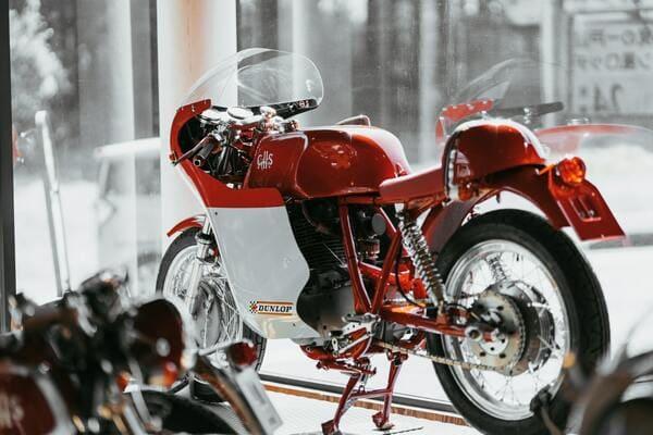 バイク屋のショーケースの画像