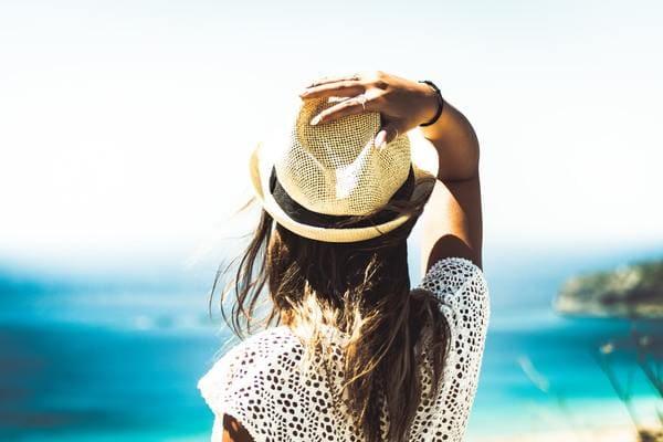 夏の女性の画像