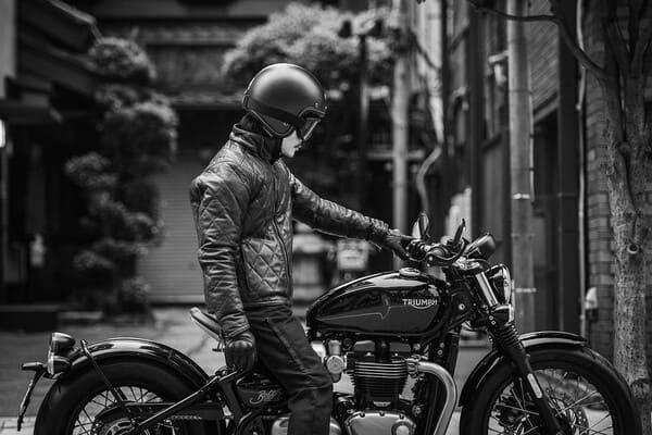 DB9とバイクの画像