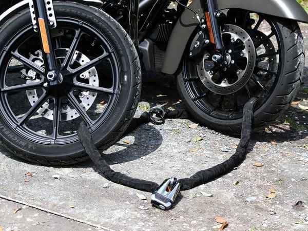 バイクのチェーンロック画像