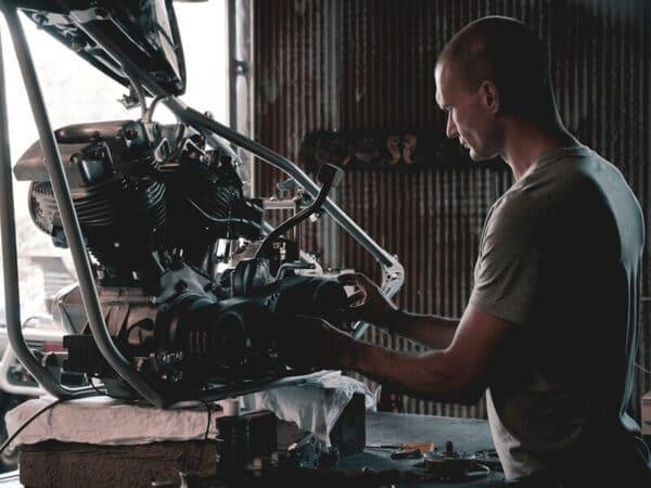 バイクを整備している画像