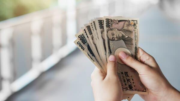 お金を持つ手の画像