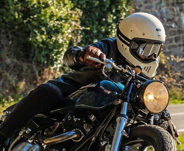 ゴーグルスタイルのヘルメットの画像