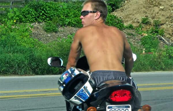上半身裸のバイク乗りの画像