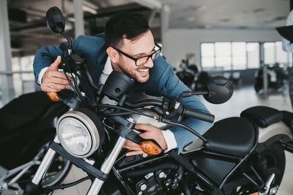 バイク納車で喜ぶ男性の画像