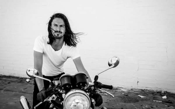 バイクに乗っている海外の人の画像