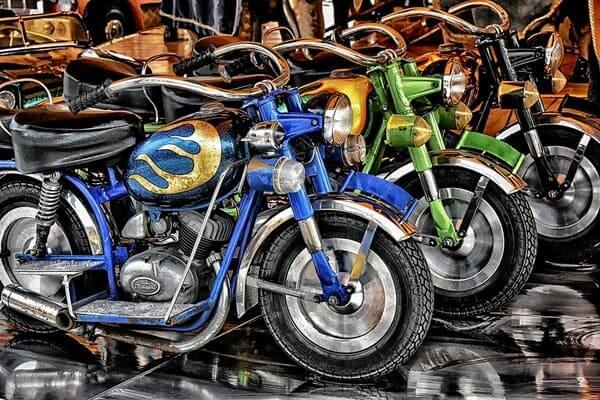 バイクが並んでいる画像