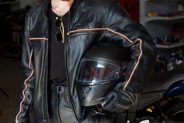 バイクの服装とヘルメットの画像